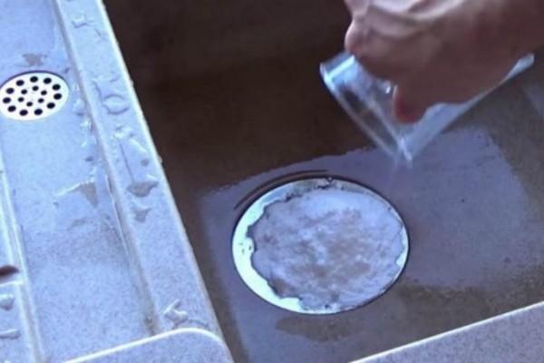Βάζει μαγειρική σόδα στο νεροχύτη και ρίχνει νερό με ξύδι - Ο λόγος; Τρομερός