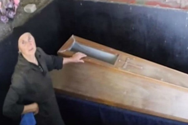 22 χρόνια αυτή η μητέρα κρατάει ένα φέρετρο στο υπόγειό της - Μόλις δείτε τι έχει μέσα θα σας σηκωθεί η τρίχα (Video)
