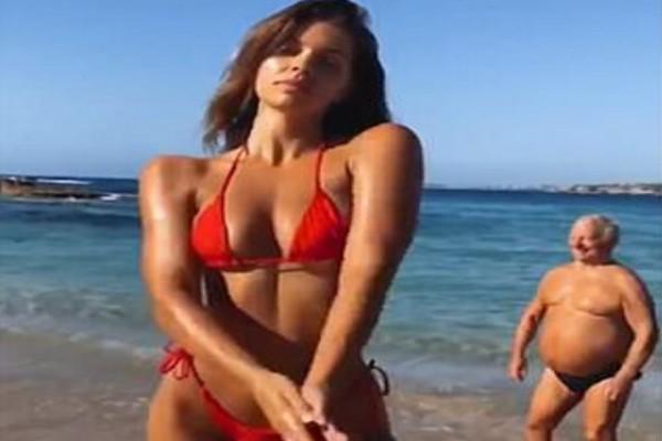 Μοντέλο ποζάρει στην κάμερα για μια φωτογράφηση στην παραλία - Τότε ένας παππούς πάει από πίσω της και κάνει το απερίγραπτο (Video)