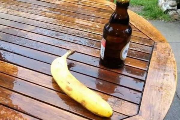 Ξεχάστε τα ανοιχτήρια: Το κόλπο με τη μπανάνα για να ανοίξετε ένα μπουκάλι μπύρας