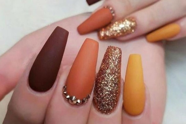 4+1 nail trends για να απογειώσετε το φθινοπωρινό σας μανικιούρ