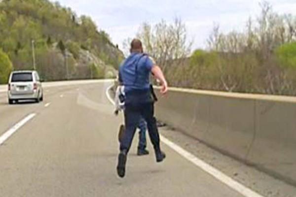 21χρονος ήταν έτοιμος να αυτοκτονήσει πηδώντας από την γέφυρα: Τότε ο Αστυνομικός κάνει το αδιανόητο (video)
