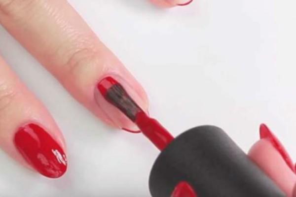 Δυσκολεύεστε να βάψετε τα νύχια σας στο καλό σας χέρι; Δείτε πως θα πετύχετε την τέλεια εφαρμογή με αυτό το απλό κόλπο (Video)