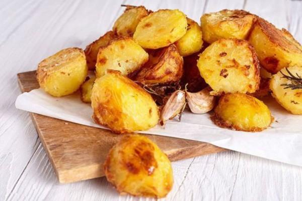 Πριν ρίξει τις πατάτες στο ταψί τις πασπάλισε με σιμιγδάλι - Με το αποτέλεσμα θα γλείφετε τα δάχτυλά σας