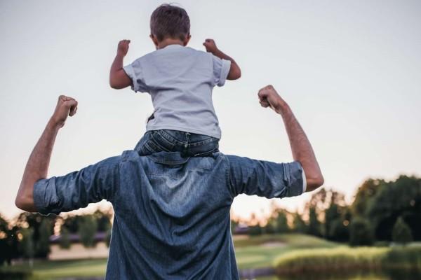 Άδεια πατρότητας δύο μηνών όταν γεννιέται το παιδί εξετάζει το υπουργείο Εργασίας