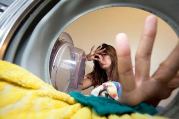 Παίρνει κάτι που έχουμε όλη στην κουζίνα και το ρίχνει μέσα στο πλυντήριο ρούχων - Ο λόγος; Θα πάθετε πλάκα!