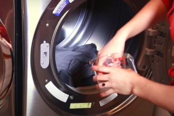 Έριξε μια χούφτα παγάκια μέσα στο πλυντήριο και απαλλάχτηκε από το μαρτύριο κάθε νοικοκυράς