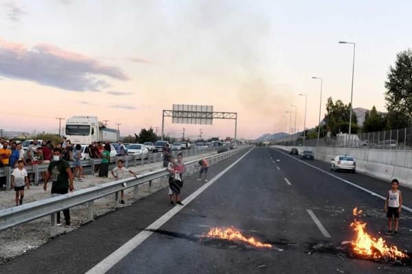Νύχτα θρίλερ: Συγκεντρώσεις Ρομά, οδοφράγματα και επεισόδια για το θάνατο του 18χρονου