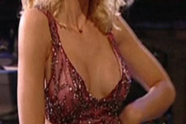 """Τσιφτετέλι κόλαση: Το αβυσσαλέο ντεκολτέ της """"ζάλισε"""" τους τηλεθεατές όταν σηκώθηκε να χορέψει!"""