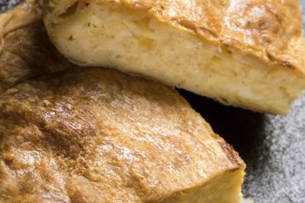 Εύκολη συνταγή για παραδοσιακή τυρόπιτα που γίνεται μέσα σε λίγα λεπτά