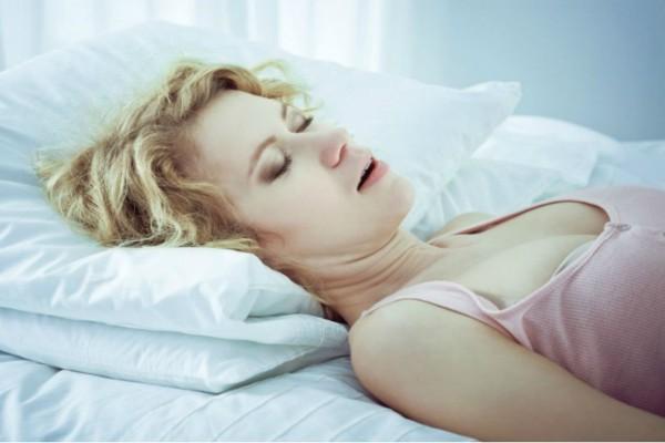 Προσοχή: Αν κοιμάστε με ανοιχτό το στόμα κινδυνεύετε από...