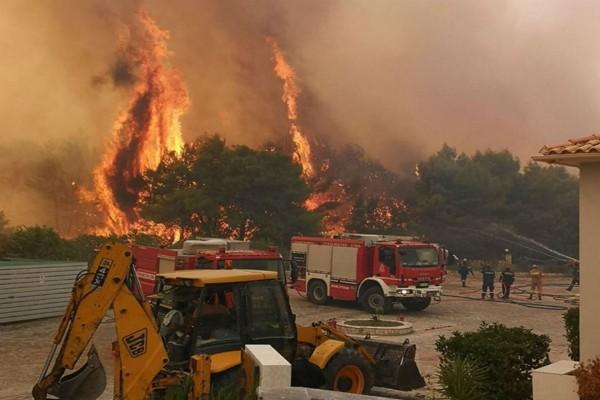 Ανεξέλεγκτη η φωτιά στη Ζάκυνθο - Κινδυνεύει οικισμός