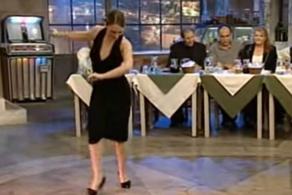 Γυναίκα με βαθύ ντεκολτέ χορεύει ζεϊμπέκικο και καταχειροκροτείτε: Ξεπέρασε τις 1.200.000 προβολές!