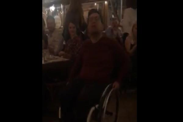 Μάγκας νεαρός και η λεβέντικη ζεϊμπεκιά του με το καροτσάκι που συγκλονίζει (Video)