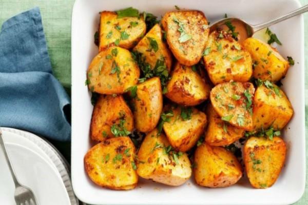 Αυτός είναι ο λόγος που δεν πρέπει να ανακατεύετε τις πατάτες όταν ψήνονται στο φούρνο