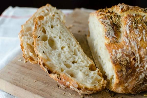Έριξε μια φέτα ψωμί μέσα στην κατσαρόλα  - Μόλις δείτε το λόγο θα εκπλαγείτε