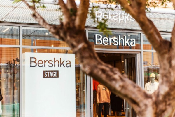 Το κορμάκι με λεπτομέρειες από διαφάνεια από τα Bershka είναι το κομμάτι που δεν πρέπει να λείψει από καμία ντουλάπα