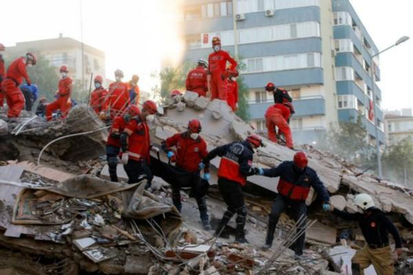Δεν έχει τέλος το θρίλερ στη Σμύρνη: Στους 111 οι νεκροί από το φονικό σεισμό