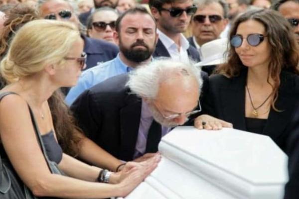 Ζωή Λάσκαρη: Συγκλονίζει αυτό που φώναζαν στην κηδεία! Κόντεψε να λιποθυμήσει ο Λυκουρέζος...