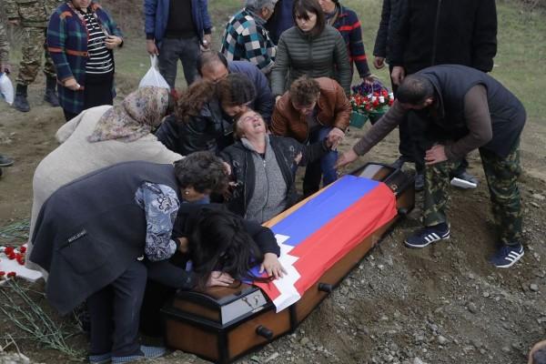 Ανατριχιαστικές στιγμές από τον ξεριζωμό των Αρμένιων - Ξεθάβουν ακόμα και τους νεκρούς τους!