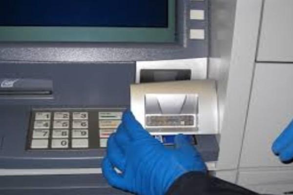 Τεράστια προσοχή στα ΑΤΜ: Έτσι κλέβουν οι επιτήδειοι τους κωδικούς και τα λεφτά από τις κάρτες σας