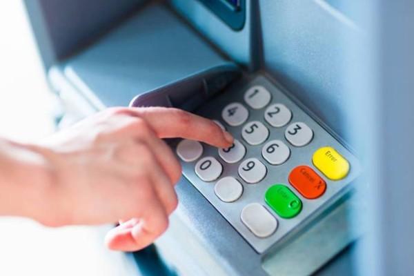 Απίστευτο για ΑΤΜ: Γιατί το PIN των καρτών είναι 4ψήφιο; Τι κρύβεται από πίσω;
