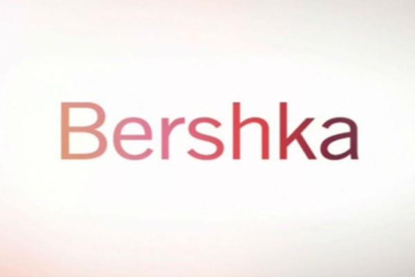 Βρήκαμε στα Bershka το blazer εξώπλατο φόρεμα που έχει προκαλέσει φρενίτιδα σε όλες τις γυναίκες