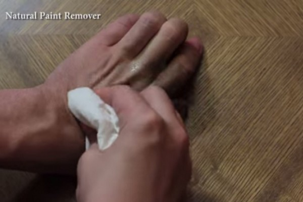 Απίστευτο: Έβαλε ελαιόλαδο στο χέρι του και... (video)
