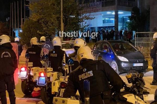Συναγερμός στη Θεσσαλονίκη: Συγκέντρωση νεαρών έξω από τις φοιτητικές εστίες - Παρέμβαση της ΕΛΑΣ