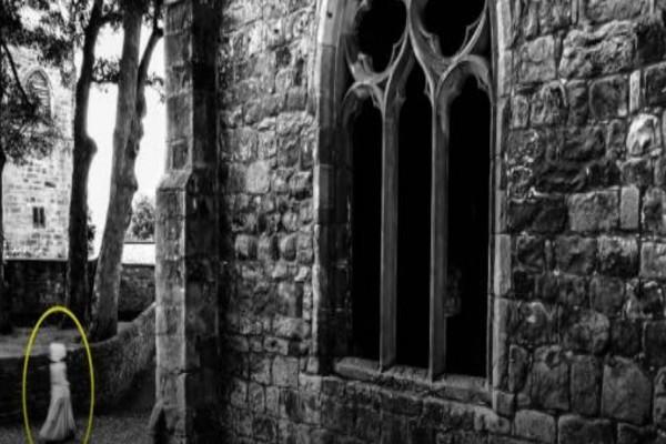 34χρονος έβγαλε φωτογραφία μεσαιωνικό κάστρο της Βρετανίας - Έπαθε σοκ όταν είδε στην κάμερα...