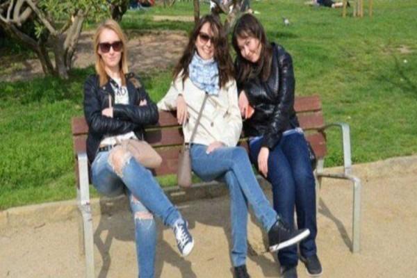 Έβγαλε μια φωτογραφία με τις φίλες της στο πάρκο - Μόλις την παρατηρήσετε καλύτερα θα πάθετε σοκ