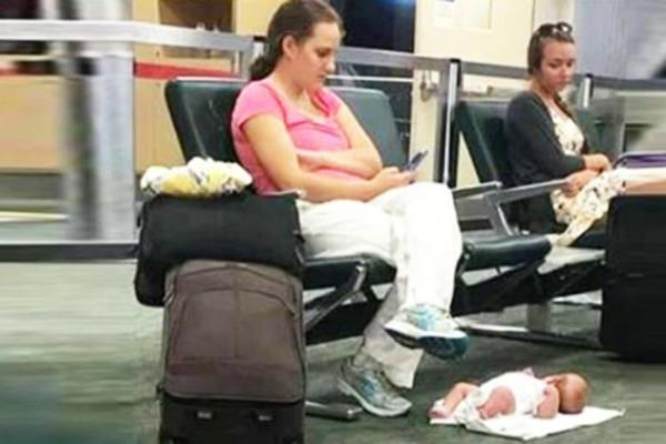 Έβγαλε φωτογραφία μια μητέρα που είχε αφήσει το μωρό της στο πάτωμα - Μόλις δείτε το λόγο θα μείνετε άφωνοι