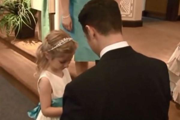 Γαμπρός αφήνει τη νύφη την ώρα του γάμου και γονατίζει στην κόρη της - Θα δακρύσετε (Video)