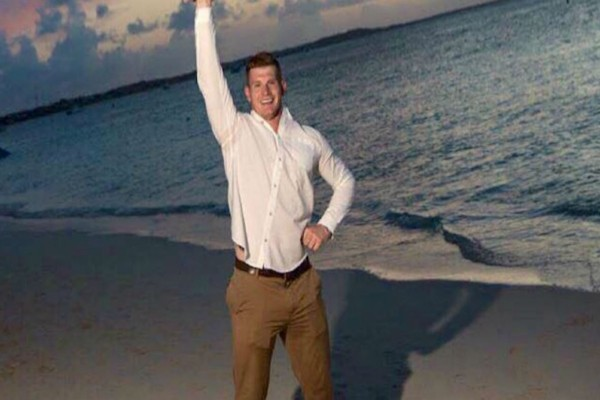 Αυτός ο γαμπρός στήθηκε μπροστά στην παραλία να βγάλει μια φωτογραφία - Μόλις τη δείτε ολόκληρη θα