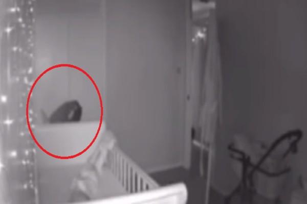 Γονείς θεωρούν πως φάντασμα βασανίζει το μωρό τους - Αυτό που κατέγραψε η κάμερα θα σας σοκάρει (Video)