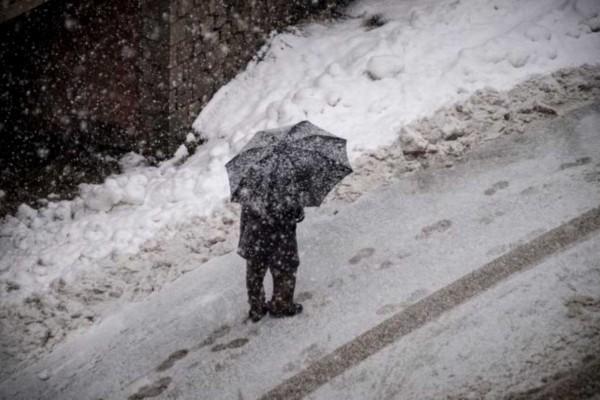Καιρός: Ψυχρό μέτωπο χτυπά την χώρα - Βροχές και χιόνια μαζί με το τσουχτερό κρύο