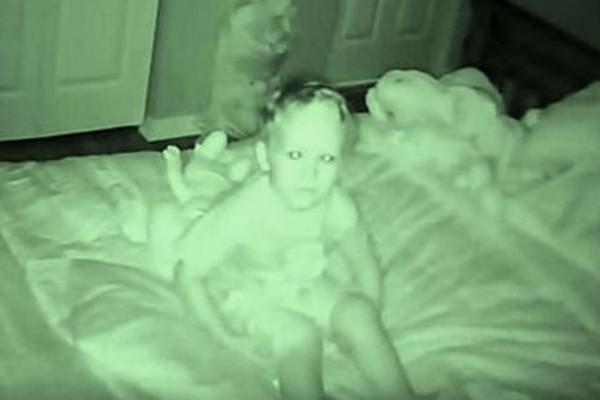3χρονο έλεγε ότι κάποιος του μιλάει τα βράδια - Μόλις οι γονείς είδαν την κάμερα τους κόπηκε η ανάσα