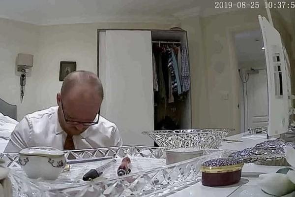 Έβαλε την 83χρονη γιαγιά στο ασθενοφόρο κι έμεινε στο σπίτι - Αυτό που έδειξε η κρυφή κάμερα είναι εξοργιστικό
