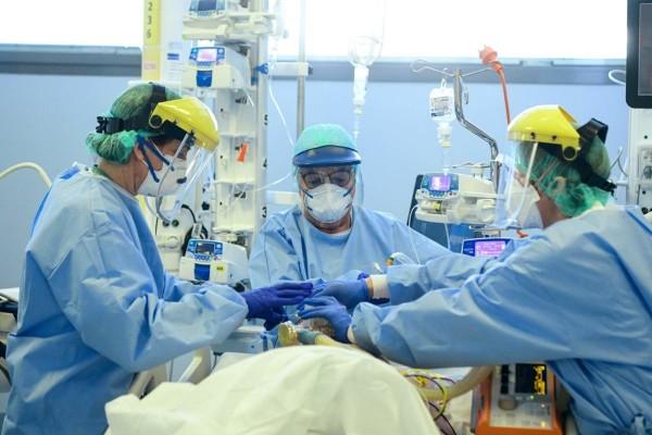 Κορωνοϊός - ΠΟΕΔΗΝ: Τέσσερις γιατροί βρίσκονται ανάμεσα στους διασωληνωμένους