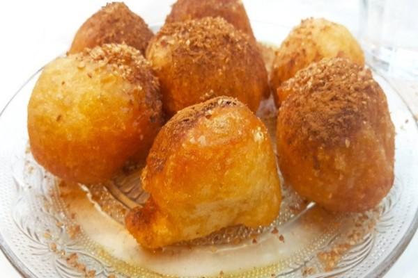 Απολαύστε σπιτικούς λουκουμάδες με μέλι και κανέλα