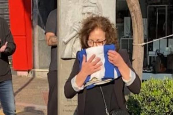Η μητέρα του Παύλου Φύσσα με τη σημαία του Πολυτεχνείου στο σημείο όπου δολοφονήθηκε ο γιος της