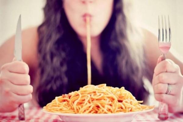 Γυναίκες προσοχή: Σταματήστε να τρώτε μακαρόνια - Τεράστιος κίνδυνος στην υγεία σας
