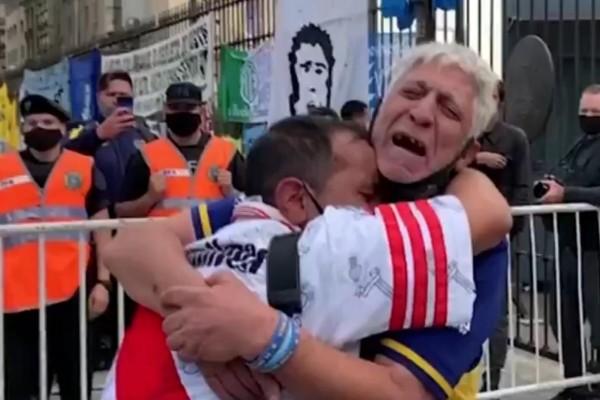 Ντιέγκο Μαραντόνα: Ένωσε τους οπαδούς μετά τον θάνατο του (video)