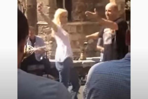 Τρέλανε τους πάντες ο Μάρκος Σεφερλής: Χόρεψε τσιφτετέλι και έβαλε