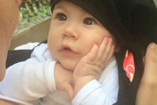 Μωρό χαζεύει την μαμά του να του τραγουδά και... Θα πάθετε σοκ! (Video)