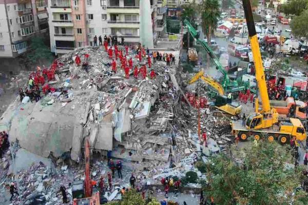 Στους 92 οι νεκροί στην Σμύρνη από τον φονικό σεισμό