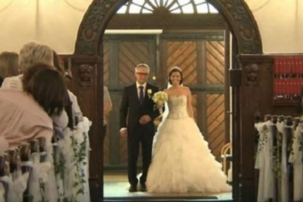 Γύρισαν όλοι να δουν τη νύφη που έμπαινε στην εκκλησία - Αυτό που έκανε όμως... (Video)