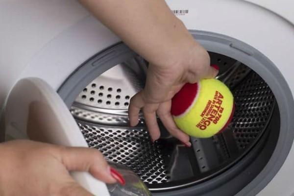 Έβαλε στο πλυντήριο μαζί με τις κουρτίνες ένα μπαλάκι του τένις - Ο λόγος; Ευφυέστατος!