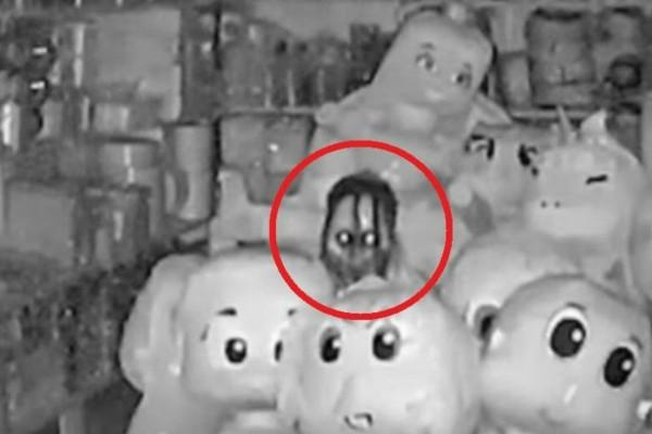 Μαγαζί με τα πνεύματα; Η ανατριχιαστική φωτογραφία φιγούρας μέσα στο σκοτάδι (Video)