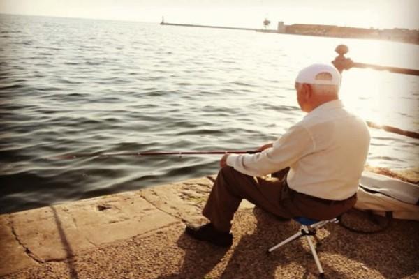 Ψαρεύει ένας παππούς δίπλα σε ένα 20άρη: Το ανέκδοτο της ημέρας 13/11